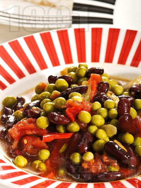 Яхния от черен боб със зелен грах, домати, моркови и лук в тенджера - снимка на рецептата